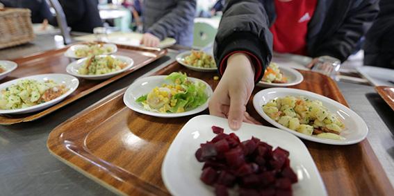 ©PHOTOPQR/LE TELEGRAMME ; FRANCOIS DESTOC - 18/03/2014 HENNEBONT (56) : nourriture self service cantine dans un collège restauration scolaire (MaxPPP TagID: maxstockworld307170.jpg